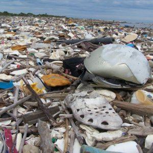 Mares de basura ahogan las costas de Omoa en Honduras