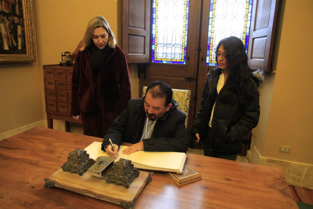 Firma del Viceministro Eduardo Espinoza en el Libro de Honor de la casa Casa de Juntas