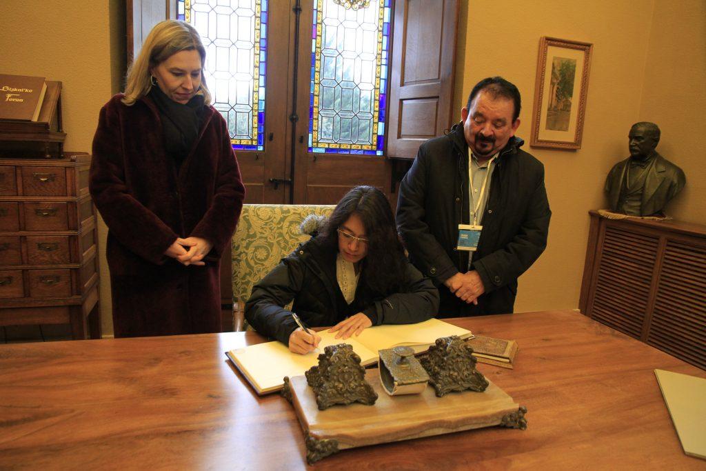 Firma de la ex ministra Lucrecia Hernández en el Libro de Honor de la casa Casa de Juntas