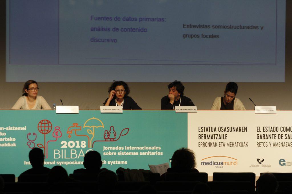 Opik, Grupo de Investigación en Determinantes Sociales de la Salud y Cambio Demográfico y Ricardo Fernandez de medicusmundi bizkaia, realizando la presentación del estudio sobre las amenazas al derecho a la salud