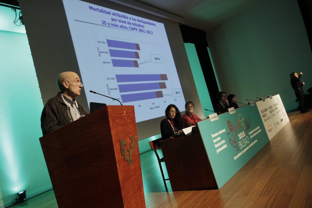 Santiago Esnaola en su ponencia, durante la mesa redonda en torno a a la las amenazas a la salud y la equidad en los distintos escenarios
